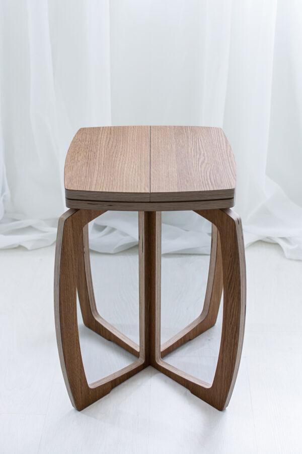 Opilion puinen design jakkara tammi, lähikuva kootusta tuolista.