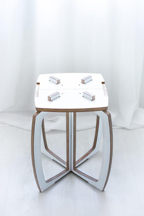 Opilion valkoinen design jakkara, istuinosan yläosa on irroitettu.